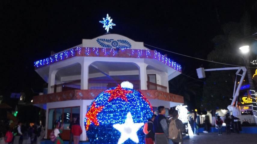 Por fiestas decembrinas Gobierno Municipal ilumina parque de San Pablo Del Monte