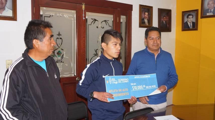 Cutberto Cano Coyotl entrega apoyo a atletas de alto rendimiento en San Pablo Del Monte