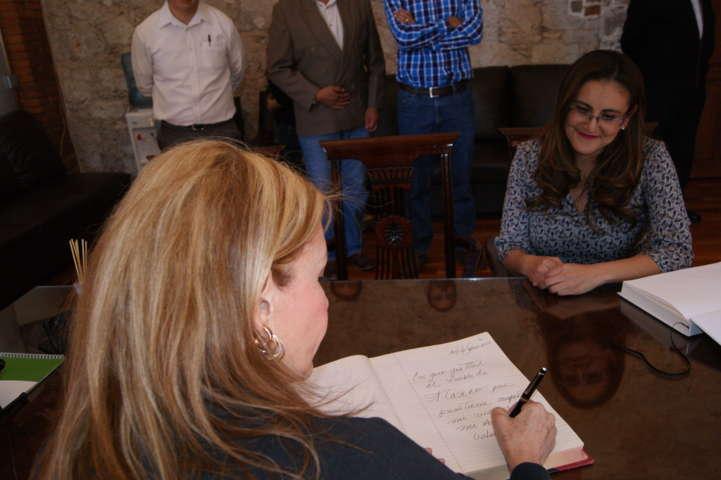 Recibe Gardenia Hernández a Gabriela Sodi en el Palacio Municipal
