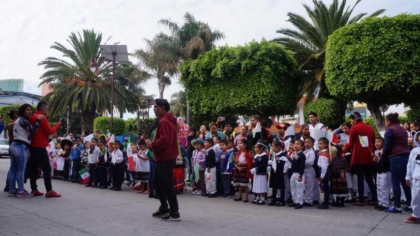 Alumnos de preescolares visitan y saludan al presidente municipal en SPM