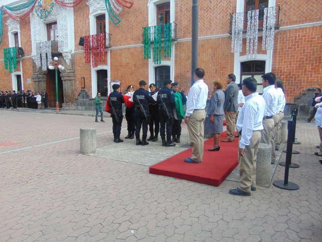 Alcalde preside Izamiento de Bandera en la capital del Estado