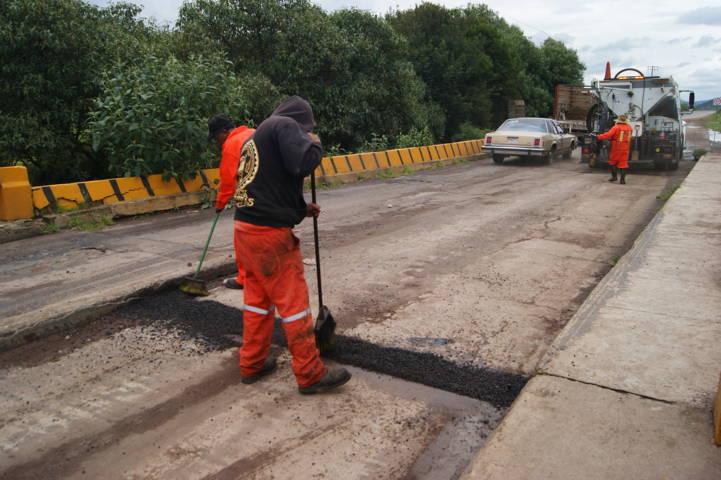 Inicia Tlaxco programa de bacheo en principales carreteras de la cabecera municipal