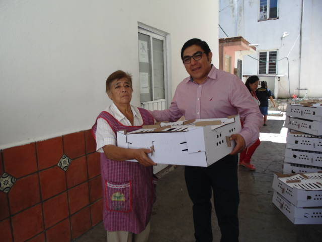 Entrega Alcalde de Totolac 61 paquetes de pollo y uno de conejo