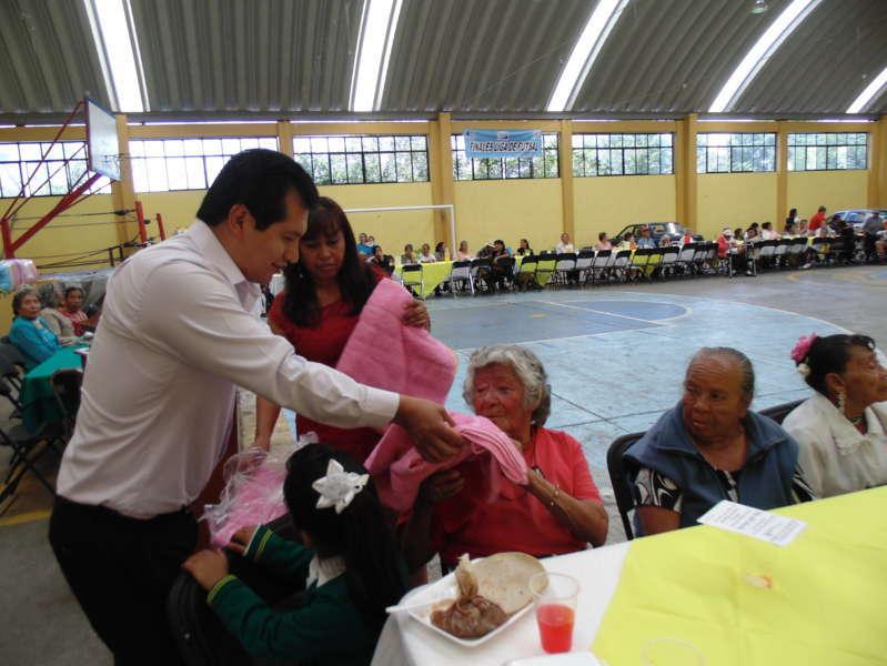 Festeja Carlos Luna Vázquez y Jacqueline Hernández a los abuelitos de Amaxac
