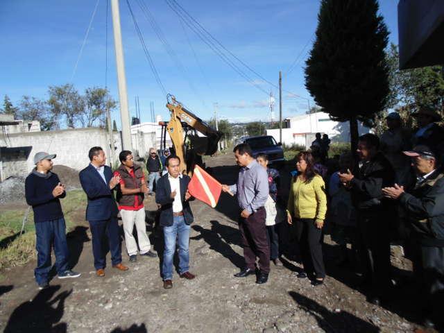 Inicia Carlos Luna Vázquez pavimentación de calle Cuahutémox, en Amaxac