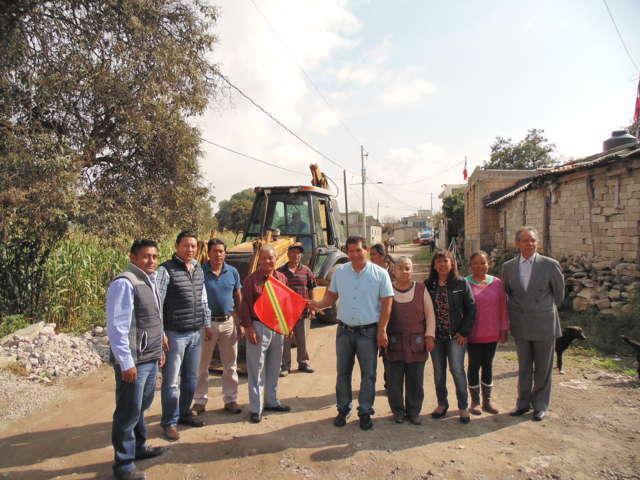 Inició Carlos Luna pavimentación de calles en Amaxac