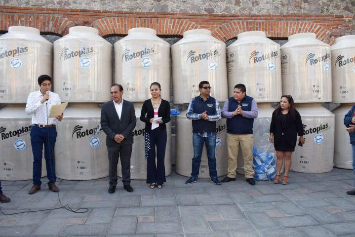 Alcalde apoya la economía familiar entregando tinacos