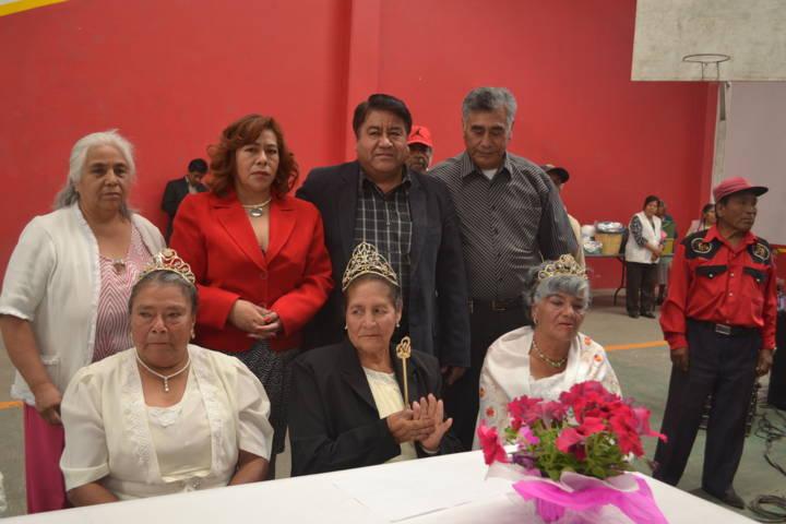 Pluma Morales corona a la reina de la primavera de la tercera edad