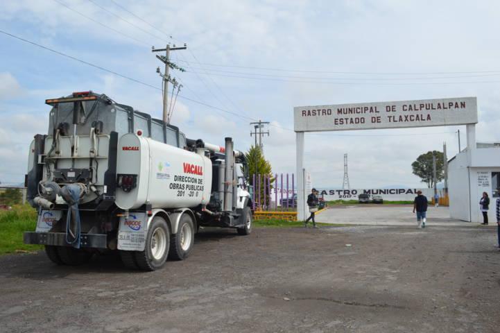 Servicios municipales realizan desazolve en el rastro municipal