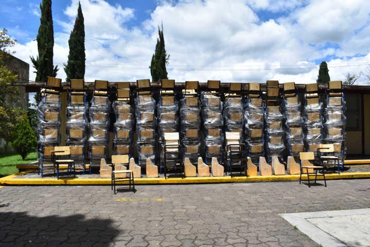 Distribuye COBAT-TBC mobiliario escolar en los planteles