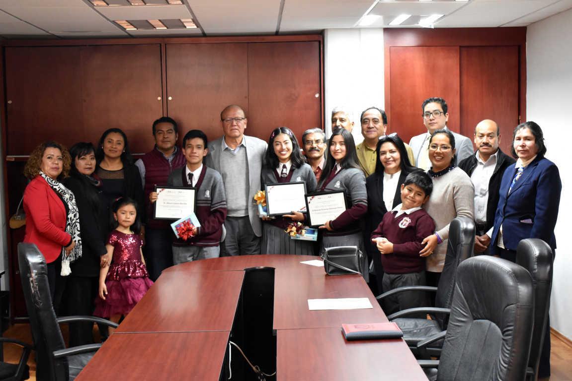 Entrega COBAT reconocimiento a estudiantes que lograron mención honorifica en foro