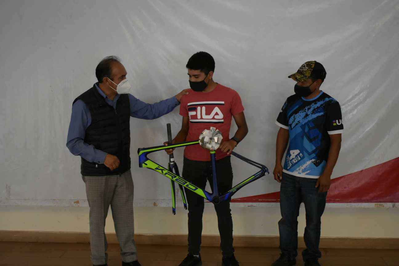 Tomas Orea entrega apoyo a ciclistas zacatelquenses