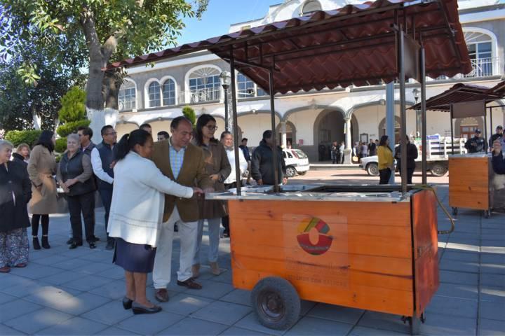 Ayuntamiento entrega carrito para venta de esquites en el municipio