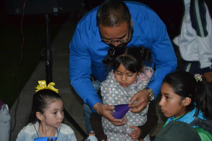 Alcalde acerca una diversión diferente a los niños en la biblioteca nocturna