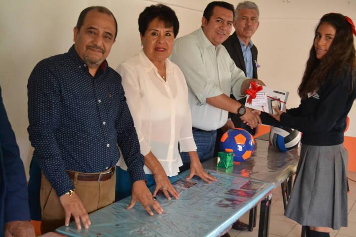 Premia alcalde de Tzompantepec a primeros lugares en concurso de comprensión lectora e inglés