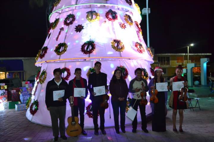 Alcalde refuerza valores durante el encendido del Árbol de Navidad