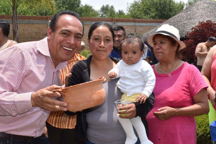 """Tomas Orea acude a institución educativa a festejar a las """"madres"""""""