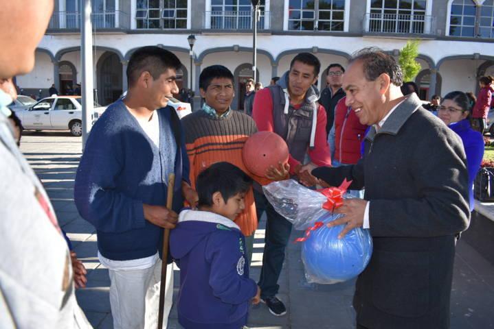 Alcalde reconoce a deportistas ciegos y débiles visuales con la entrega de balones
