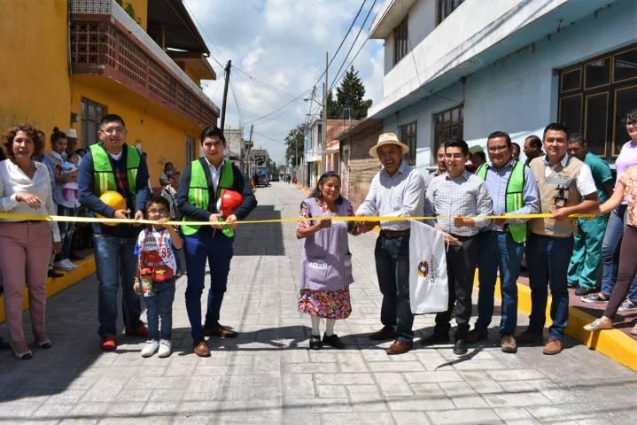 Alcalde entrega calle pavimentada a vecinos de la Álvarez del Campo