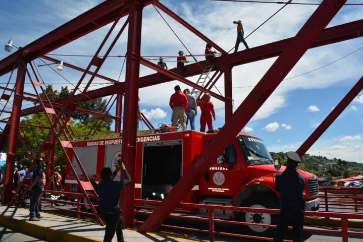Bomberos de la CES rescataron a un hombre en el puente rojo en Tlaxcala