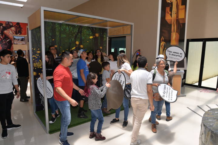Visitan turistas nacionales y extranjeros el Museo de la Luciérnaga