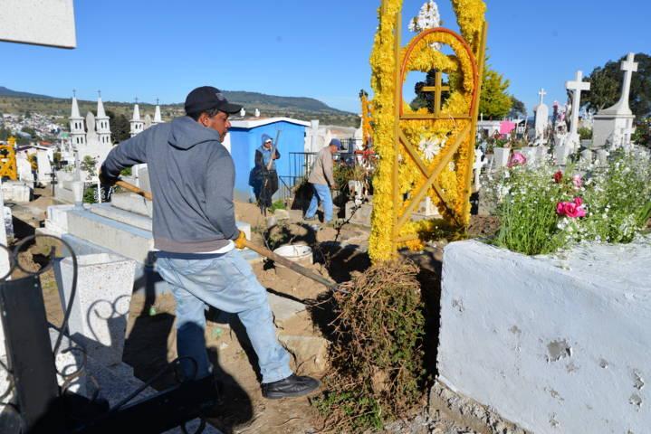 Servicios municipales realiza faena de limpieza en el panteón municipal