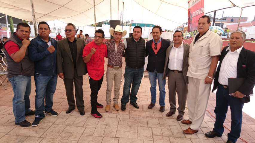 Entrega Arturo Rivera uniforme a boxeador profesional de Tzompantepec