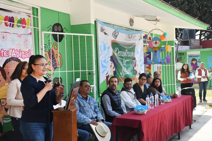 Entrega alcaldesa aula de cómputo rehabilitada en Zotoluca
