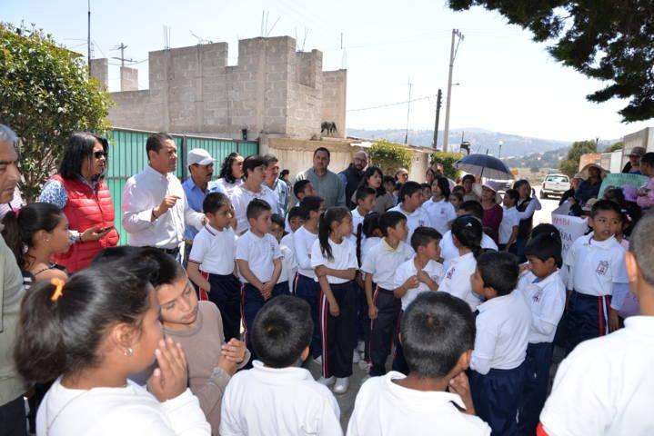 Alcalde entrega barda perimetral a primaria de la comunidad de Domingo Arenas