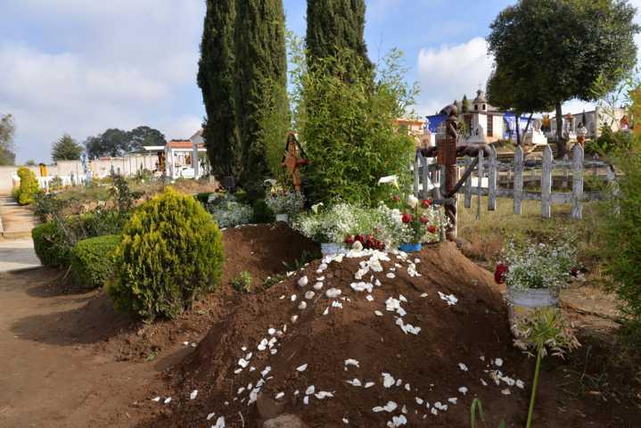 Listos los panteones de Nanacamilpa para recibir a los visitantes