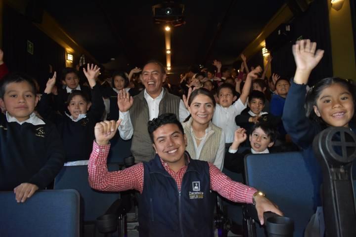 """Alumnos de la primaria """"Simón Bolívar"""" disfrutaron el Cine Móvil"""