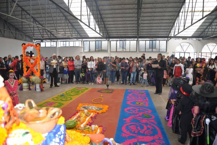Fomentan tradiciones de Día de Muertos con concurso de ofrendas escolares