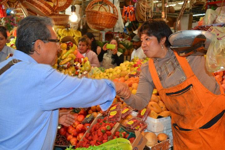 Lleva Serafín Ortiz su propuesta de la buena política al mercado municipal de Tlaxcala