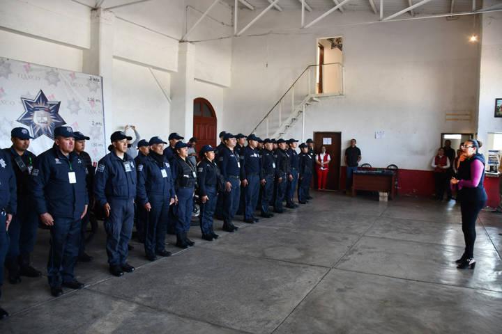 Entrega alcaldesa equipo de defensa a elementos de seguridad pública de Tlaxco