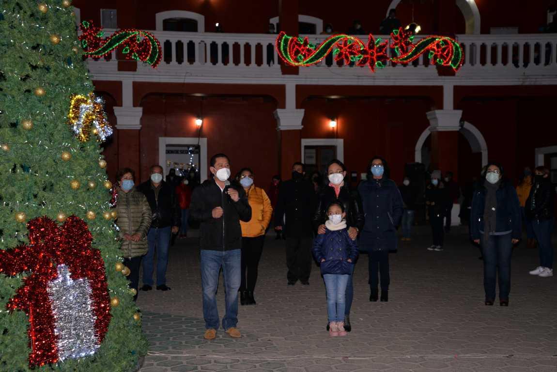 Nanacamilpa se ilumina con el encendido del Árbol de Navidad