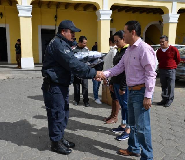 Ayuntamiento entrega uniformes a cuerpo de seguridad pública