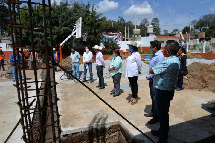 Da alcalde de Nanacamilpa banderazo de inicio de obra a techumbre en comunidad de Tepuente