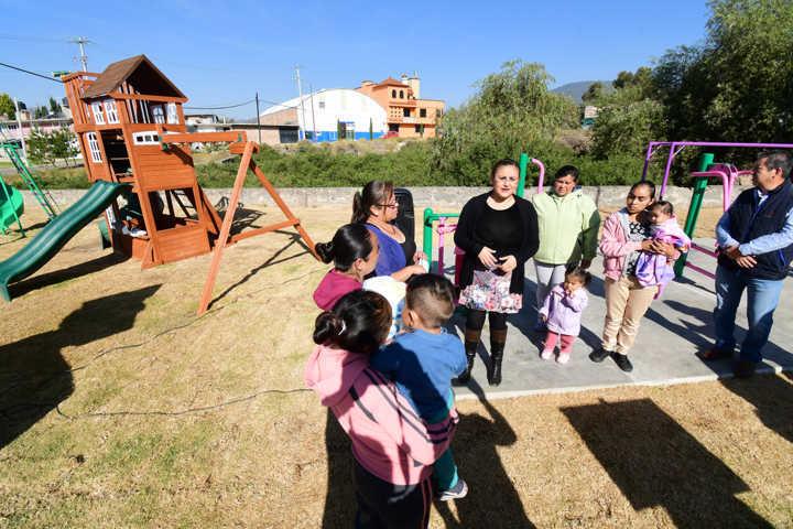 Rehabilita Tlaxco parque infantil de las colonias Ejidal y Tepatlaxco
