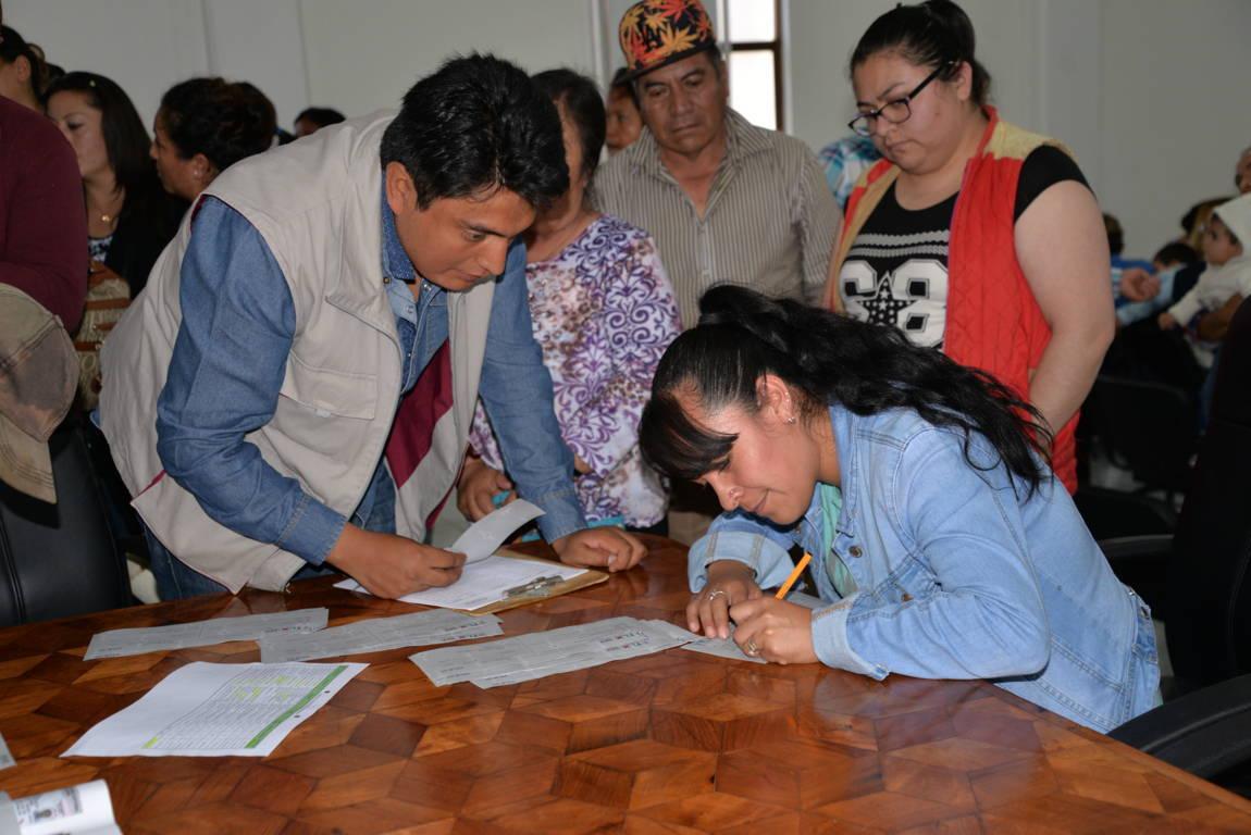 En Nanacamilpa entregan vales para la construcción de 9 obras