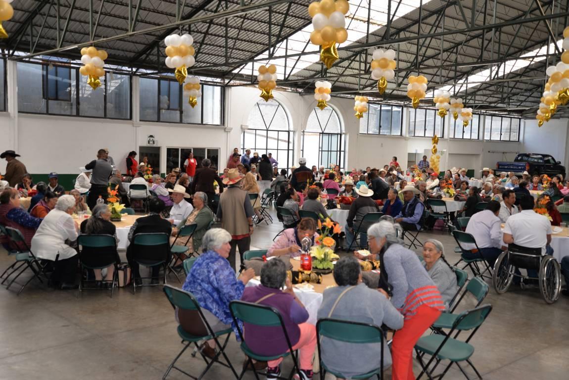 Ayuntamiento y el SMDIF festejo a los a los abuelitos en su día