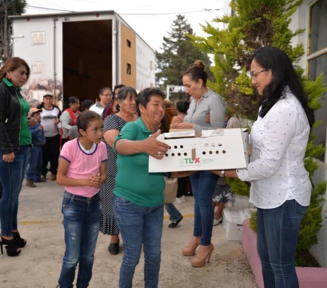 SEFOA y SMDIF Nanacamilpa entregan 133 paquetes de aves de traspatio