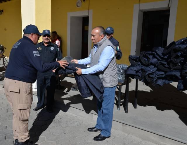 Ayuntamiento mejora la imagen del policía dotando de chamarras y botas