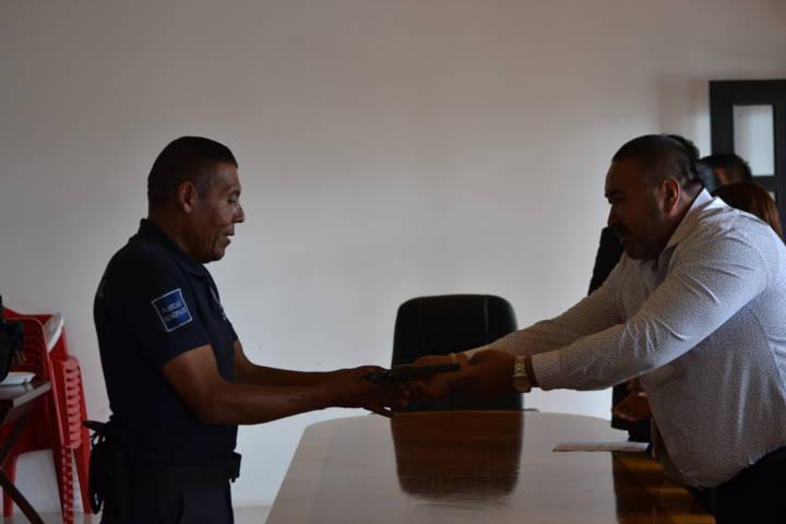 Alcalde refuerza la seguridad dotando de armamento a los policías municipales