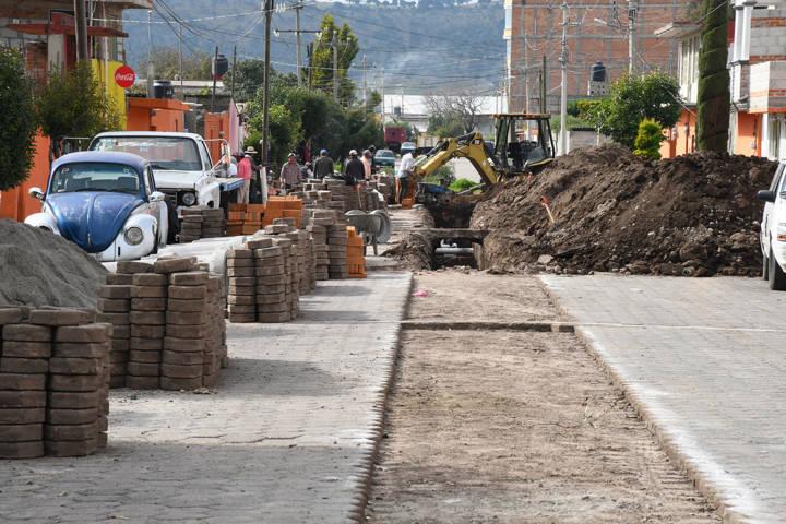 Inicia Tlaxco obra pública en colonia ejidal con drenaje, guarniciones y banquetas