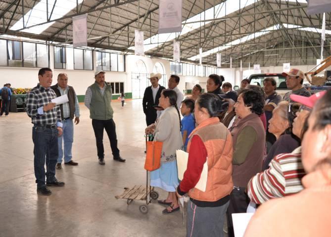 Entrega alcalde de Nanacamilpa 24 paquetes del PAEF