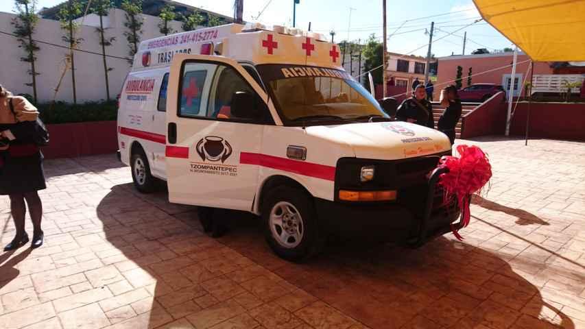 Diputada entrega ambulancia a Tzompantepec