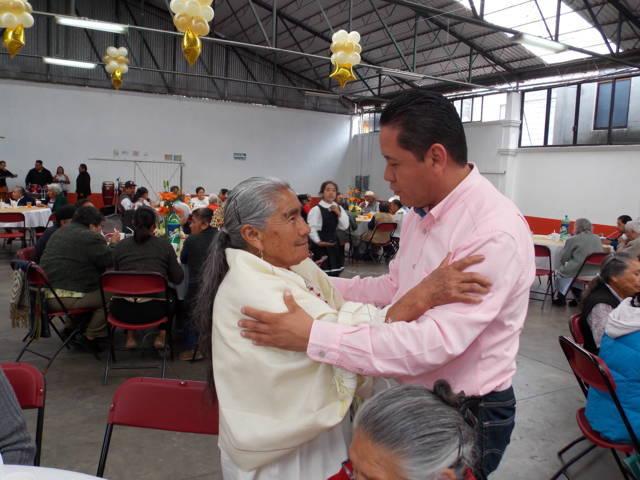 Ayuntamiento y SMDIF Nanacamilpa festejaron a los abuelitos en su día