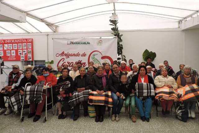 SMDIF de Nanacamilpa entrega cobijas y ropa invernal por bajas temperaturas