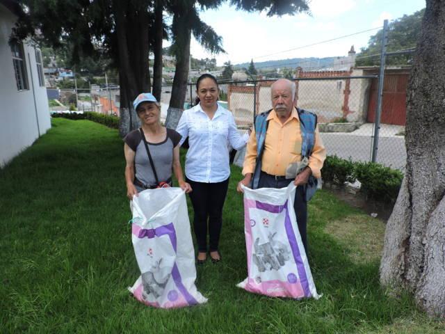 Entrega SMDIF Nanacamilpa paquetes de especies menores