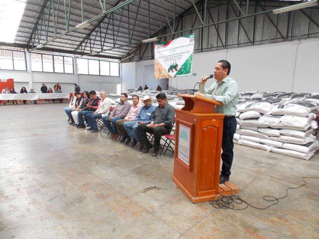 Otorga Ayuntamiento de Nanacamilpa apoyo en fertilizantes a productores del campo